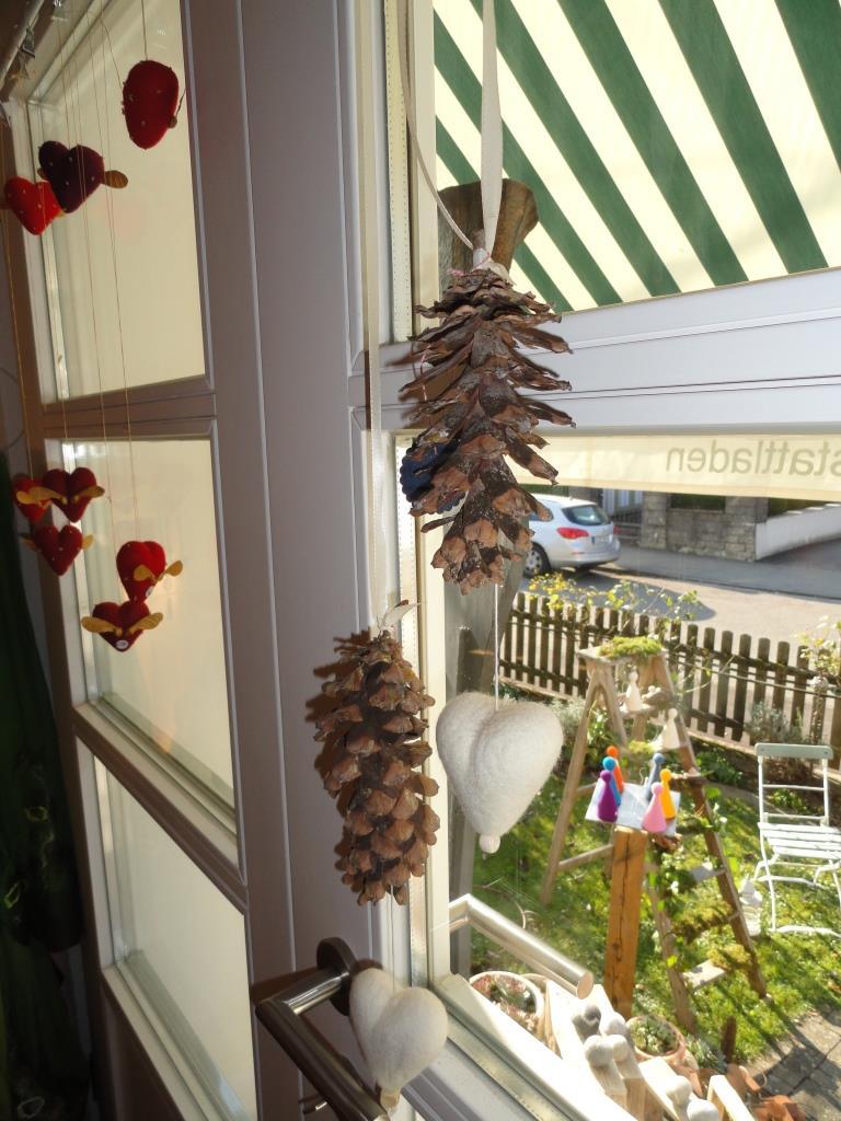 Tannenzapfen mit Filzherzen verbreiten schon Weihnachtsstimmung